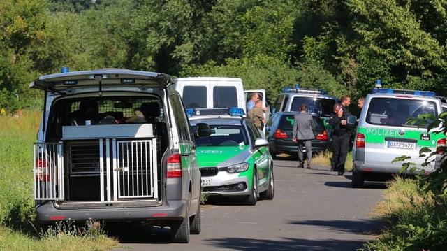 Policists a la tschertga da cumprovas, autos da polizia davantvart.