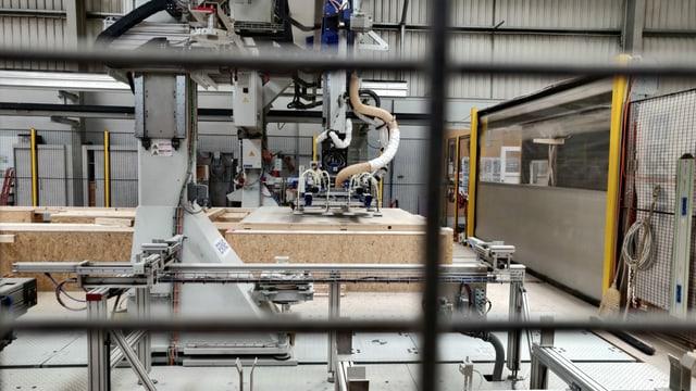 Ein Roboter produziert Fertigelemente