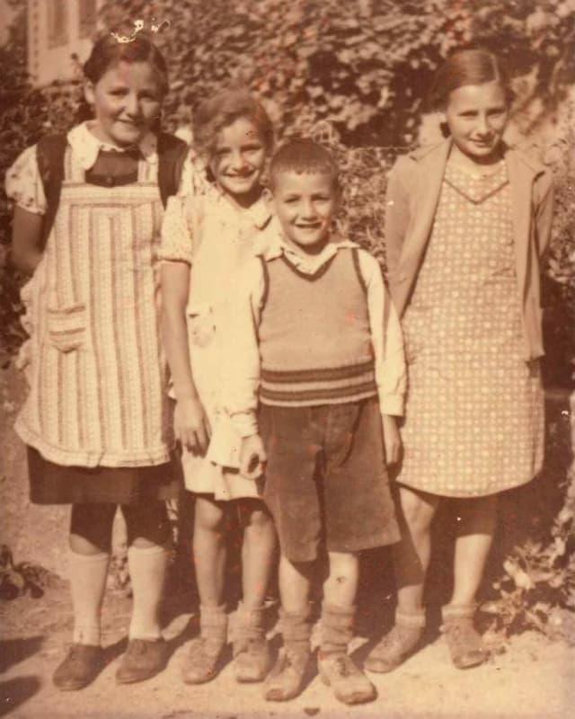 Aufnahme von Ruth Walther (2. von links) zusammen mit ihren Geschwistern auf Buchberg, 1940.