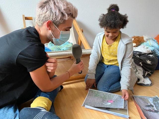 Michelle zeigt Gabriel Fotos von Neve.