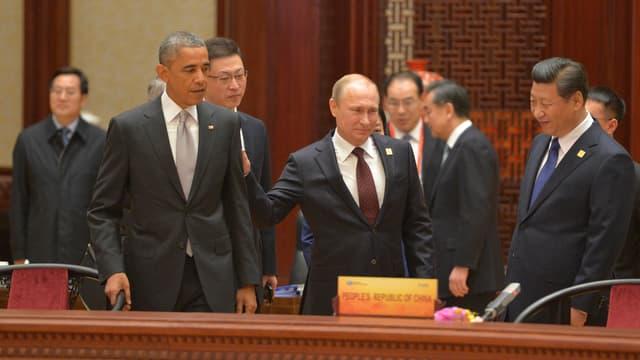 Putin (Mitte) klopft Obama (links) auf die Schulter