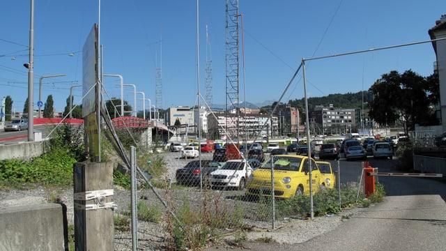 Parkplatz mit Autos und Baugespann