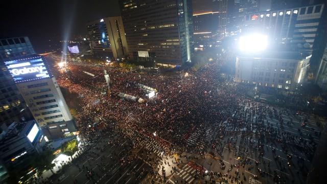 Blick von oben auf eine grosse Menge Menschen auf den Strassen Seouls.