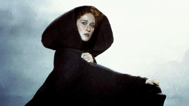Meryl Streep blickt in die Ferne und trägt ein schwarzes Gewand.