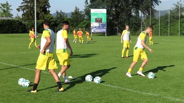 Fussballspieler trainieren auf einem Feld.