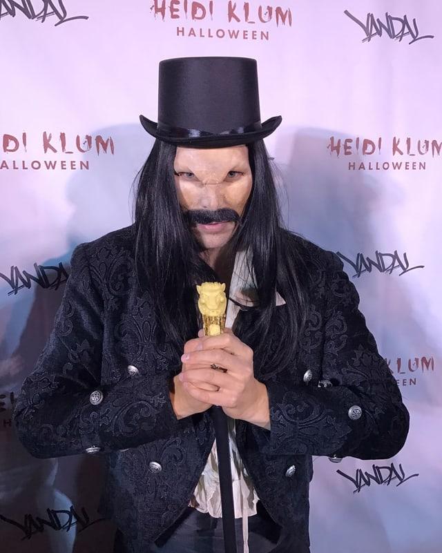 Reto Hanselmann posiert als Graf Dracula vor der Fotowand der Halloween-Party von Heidi Klum