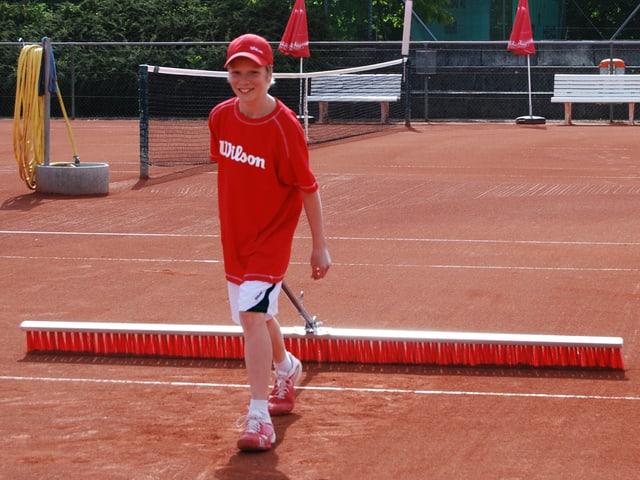 Auch die Nummer 1 putzt nach dem Training den Tennisplatz selbst.