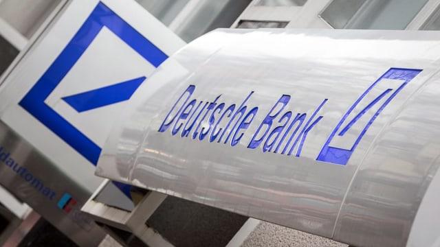 Ina tavla cun il logo da la Deutsche Bank.