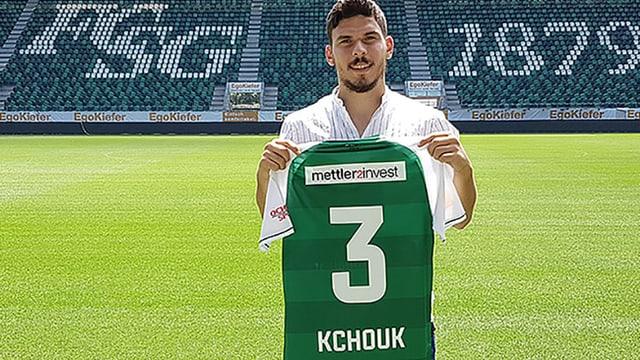Slimen Kchouk aus Tunesien im St. Galler Stadion mit dem Klubshirt in Händen