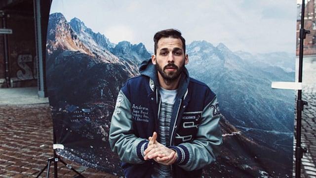 Berge im Hintergrund, Pablo Nouvelle im Vordergrund