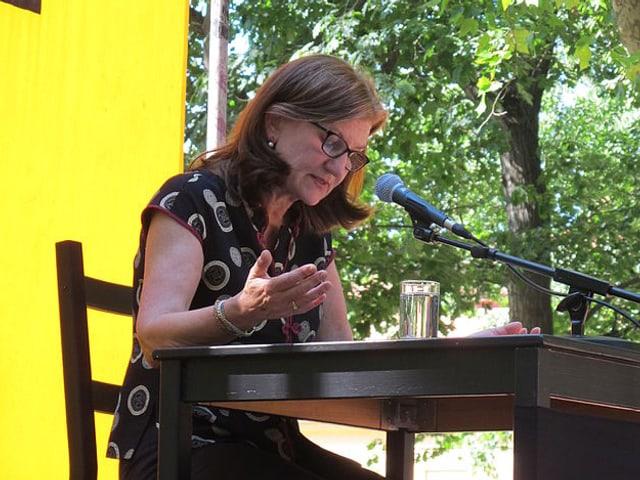 Die Autorin während einer Lesung.