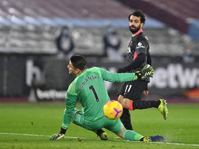 Mohamed Salah erwischt West-Ham-Goalie Lukasz Fabianski mit einem gefühlvollen Lupfer.