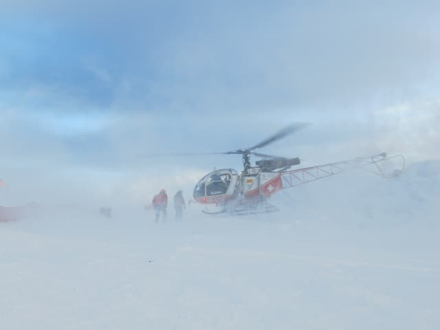 Helikopter landet im lichten Nebel.