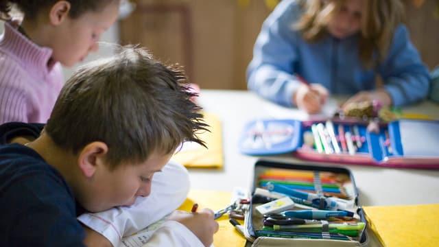 Schüler arbeiten im Klassenzimmer an ihren Aufgaben.