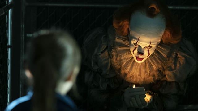 Filmszene: Grusliger Clown spricht mit einem Kind