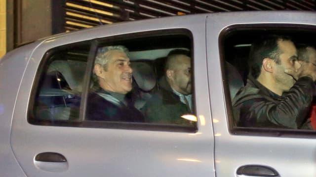 Socrates wird in einem Polizeiwagen abgeführt