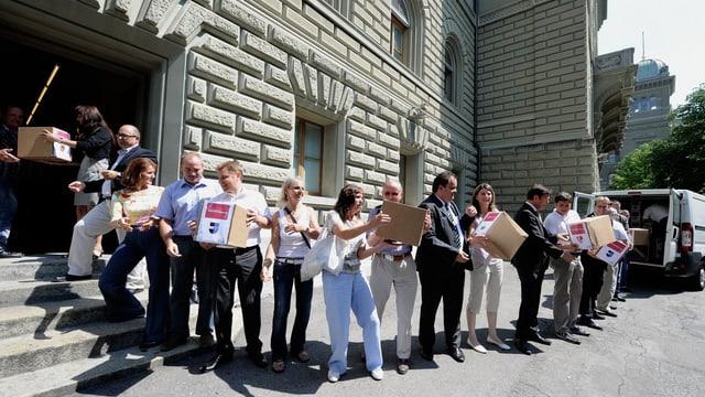"""SVP-Anhänger übergeben Unterschriften zur Initiative """"Volkswahl des Bundesrats"""""""