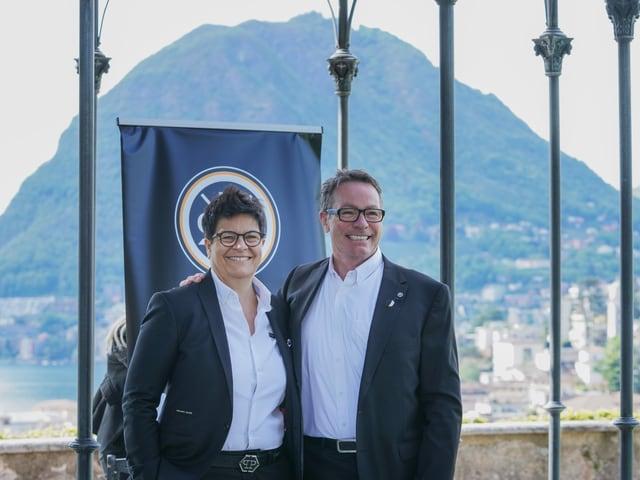 Chris McSorley, hier neben HCL-Präsidentin Vicky Mantegazza.