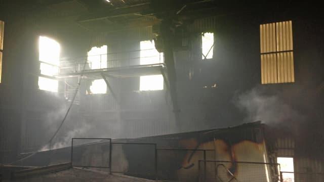 Eine ausgebrannte Industriehalle.
