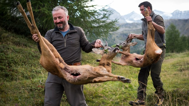 Jäger mit Beute im Puschlav