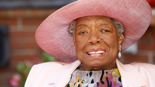 Maya Angelou trägt einen pinken, grossen Hut.