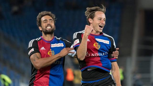Die Basler Matias Delgado und Luca Zuffi jubeln.