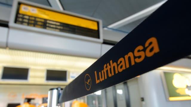 Ein Lufthansa-Absperrband vor einem Check-in-Schalter