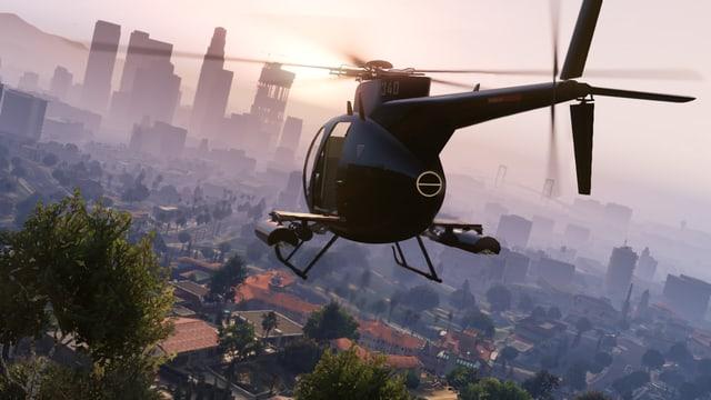 Hubschrauber fliegt gen Downtown.