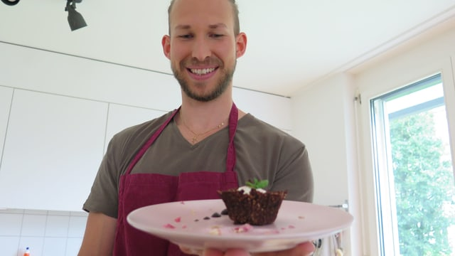Daniel Birchler zeigt auf Youtube Schritt für Schritt, wie man Menus und Desserts zubereitet
