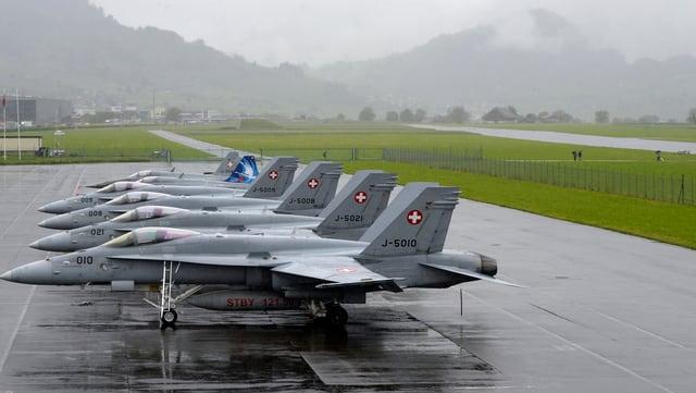 Aviuns dal cumbat da l'armada Svizra dal tip F/A 18.
