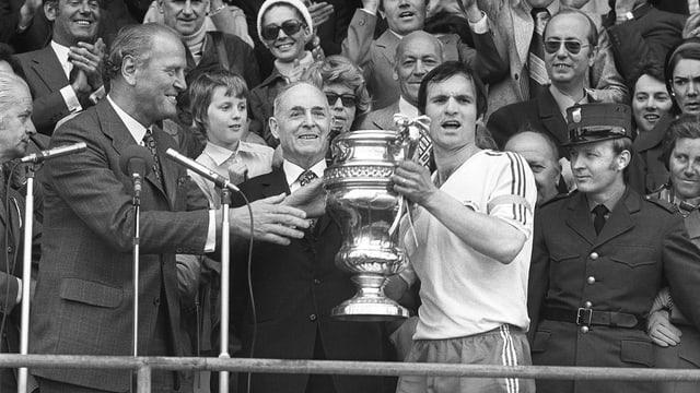Cup-Sieg Nummer 2 durch ein 3:2 gegen Xamax. Captain Fernand Luisier erhält den Pokal von Bundesrat Willi Ritschard.