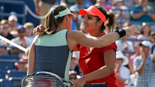 Martina Hingis und Sania Mirza umarmen sich nach dem Spiel.