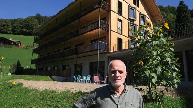 Mario Binetti vor dem Neubau des Kientalerhofs