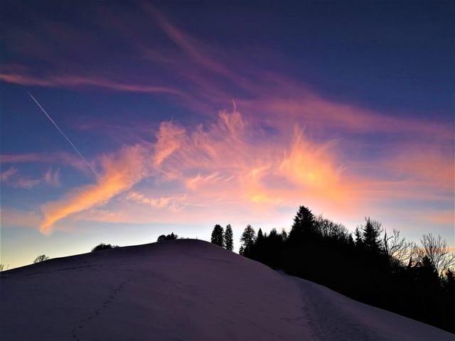 Rosa Wolkenkreationen am Himmel aufgenommen. Im Vordergrund Schneeberg.