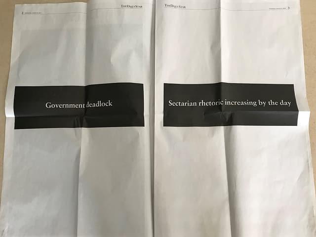 Schwarze Balken mit Schriften in Zeitungen.