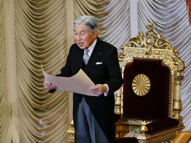 Kaiser Akihito hält eine Rede vor seinem Thron.