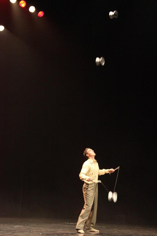 Toni Bauhofer beim Diabolo spielen.