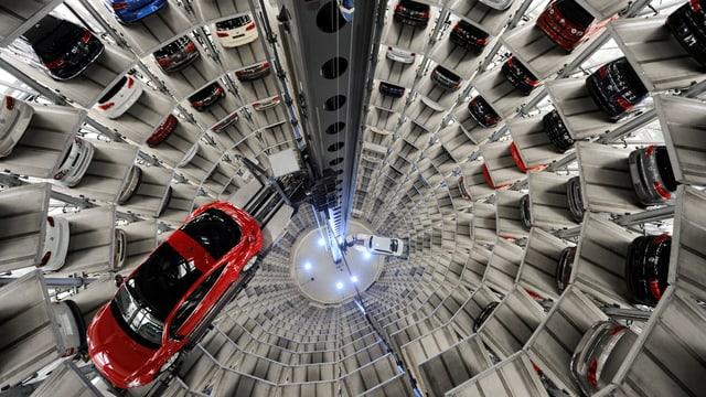 Innenaufnahme eines Auto-Parkhaus-Turms von oben, ein Auto befindet sich auf dem Lift.