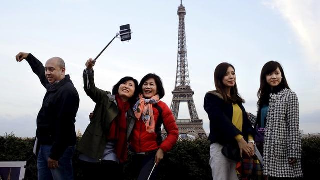 Touristen vor Eiffelturm macht Selfie