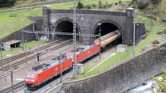 Güterzug kommt aus Gotthardtunnel