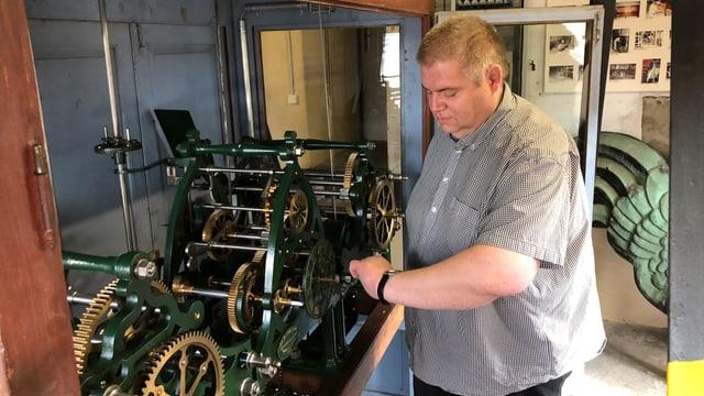 Christian Thesen von der Reperaturfirma steht beim historischen Uhrwerk.