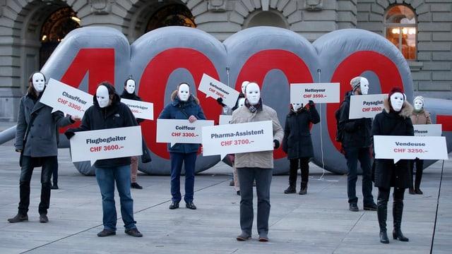 Mitglieder verschiedener Organisationen demonstrieren für einen Mindestlohn von 4000 Franken.