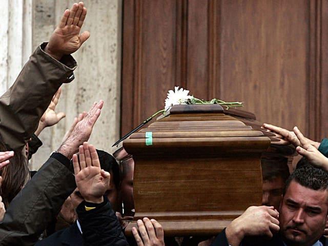 Als Mussolinis Sohn Romano 2006 starb, salutierten Trauergäste ihm mit Faschistengruss.