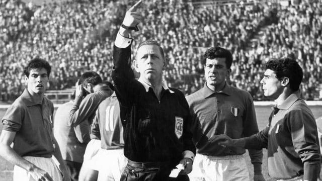 Schiedsrichter Ken Aston inmitten von Italienern