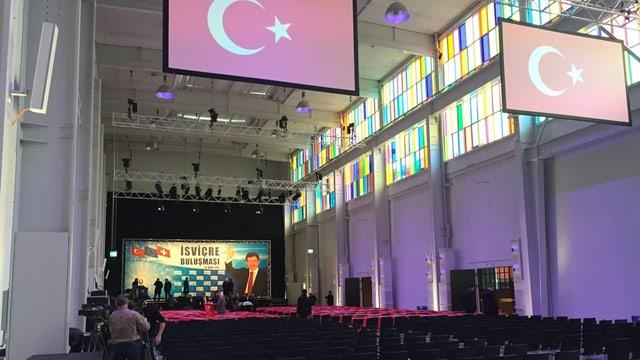 Hoher Saal mit Türkei-Flagge unter dem Dach