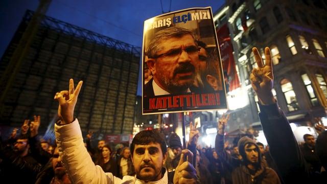 Demonstranten zeigen Transparente mit dem Bild von Tahir Elci.