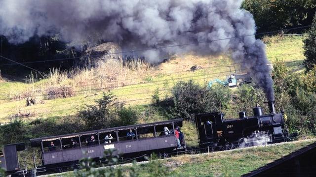 Eine Dampflokomotive HG 3/3 1067 auf der Fahrt.