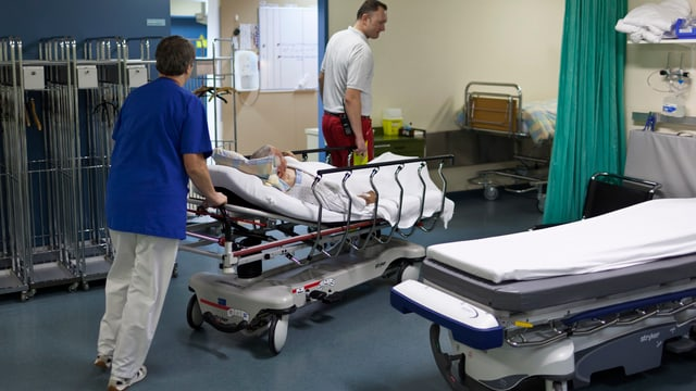 Sanitari porta in pazient.