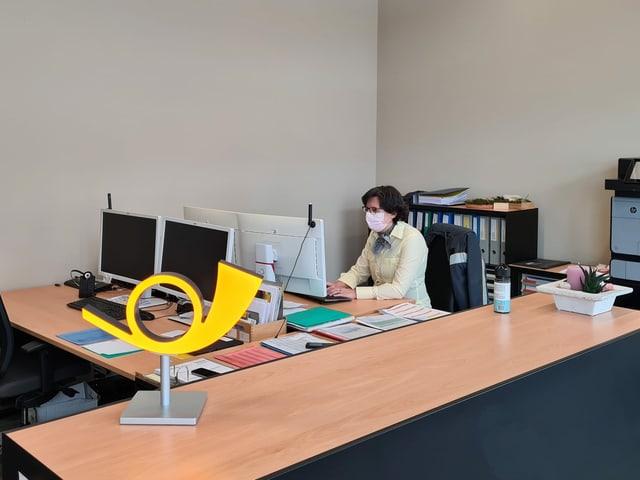 Il biro da la dispo d'AutoDaPosta a Glion, la plazza da lavur da Carmelia Arias Linares.