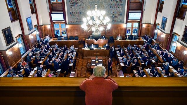 Ein einzelner Mann sitzt auf der Zuschauertribüne des Kantonsrats.